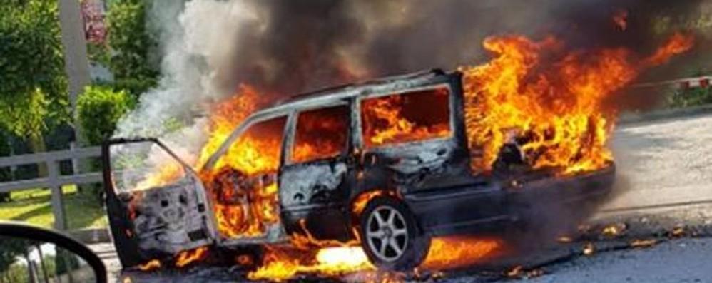 Auto in fiamme a Osio Sotto Intervengono i vigili del fuoco