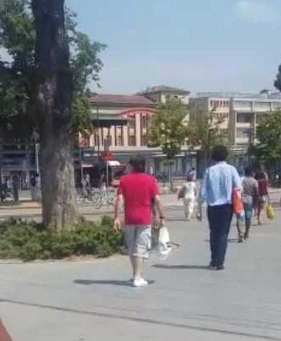 G.G. verso la stazione di Bergamo per andare a prendere il treno per Crema: è l'uomo con la polo rossa