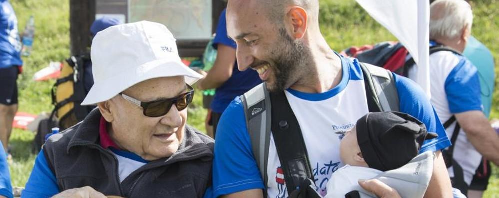 Elisa e Ruggero, due mesi e 86 anni L'incontro delle mascotte commuove tutti