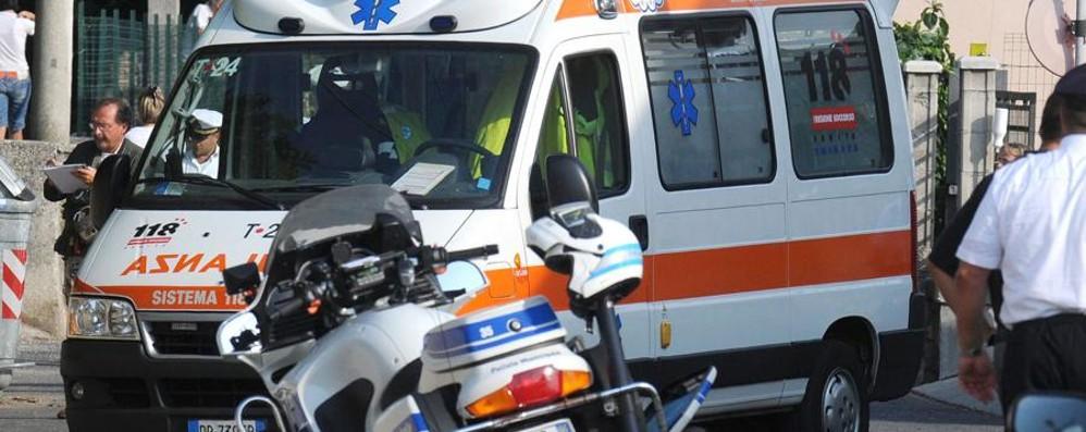 Lascia la figlia di 3 anni in auto sotto il sole La bimba salvata da una guardia giurata
