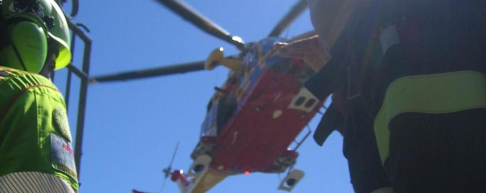 Bimbo cade da un'altezza di otto metri Trasportato in elicottero al Papa Giovanni