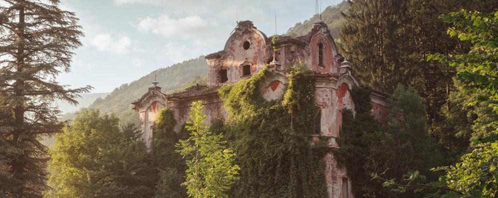 Cede la scala della «villa dei fantasmi» Precipita 17enne ...