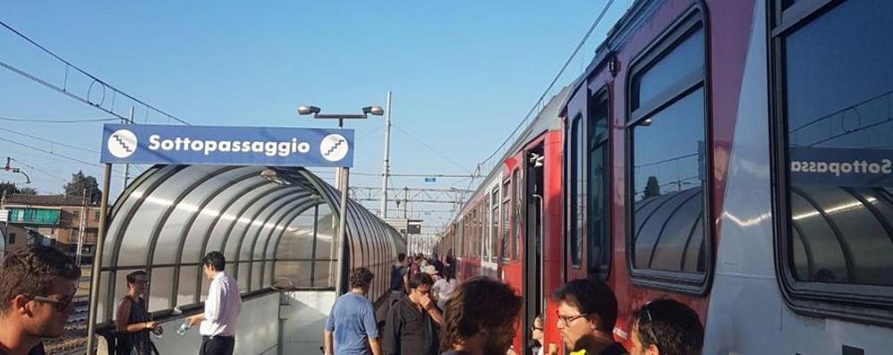 Coppia di turisti sale in treno  Ma dimentica i figli sui binari