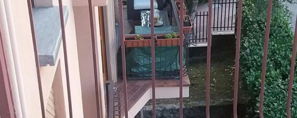 Scova un ladro sul balcone di casa «Buonasera, lei chi è?» E lui scappa
