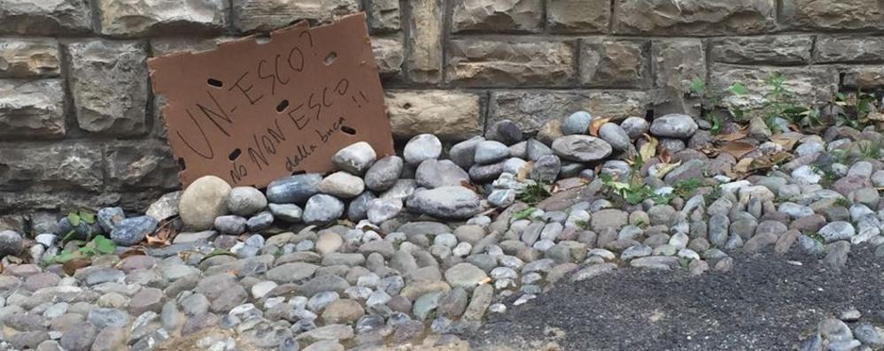 «Un... esco? No, non esco dalla buca» L'avviso ironico e «creativo» in Città Alta