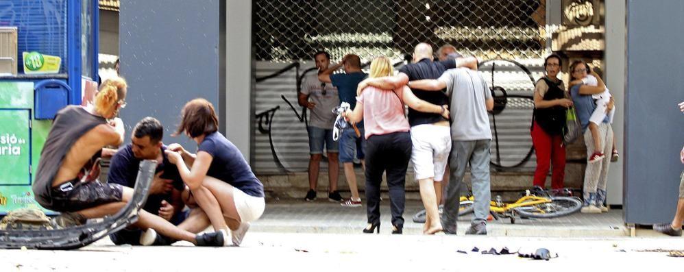 Furgone sulla folla nel centro di Barcellona «Tredici vittime nell'attentato» - Video