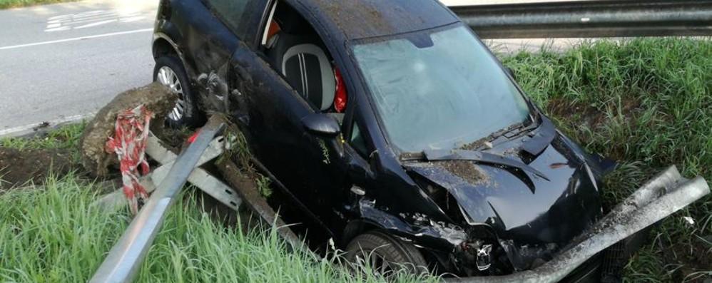 Auto fuori strada a Clusone, distrutta Niente soccorsi, la lascia lì e se ne va