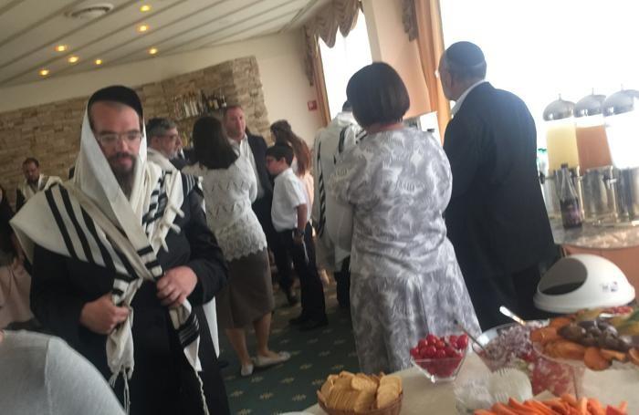 La cerimonia dell Kiddush durante la festa di Shabbat, il giorno del riposo, in hotel