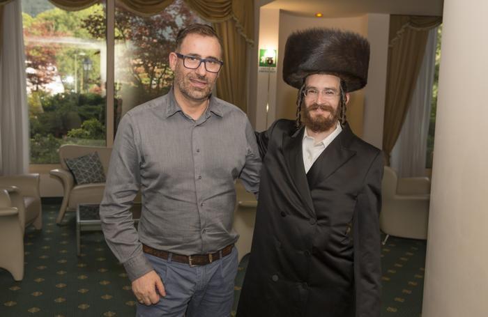 Il direttore commerciale dell'hotel, Alessandro Urru, con un cliente ebreo «Fur hat»