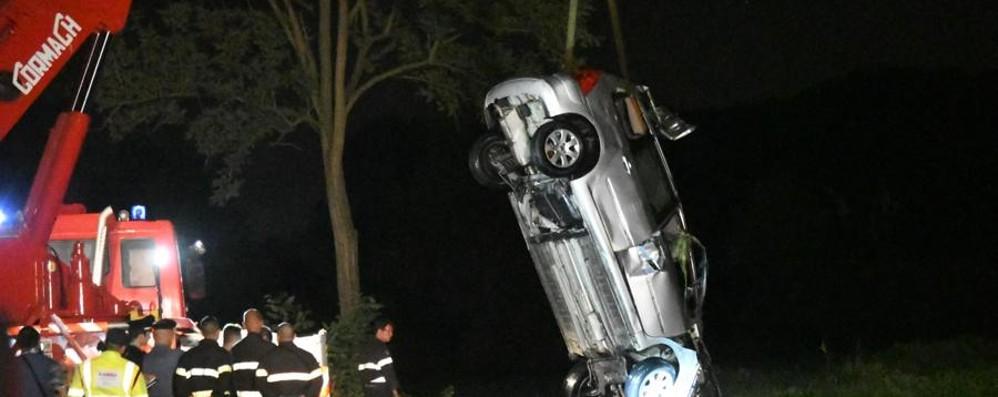 Auto finisce in un canale nel Milanese  Individuati altri due corpi, si cerca il bimbo