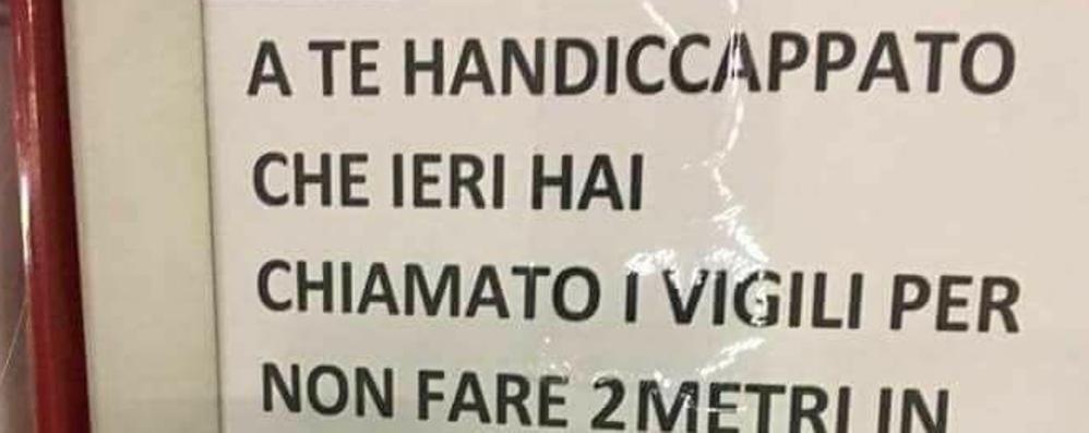 Multato per parcheggio sul posto disabili Lascia un cartello pieno di insulti