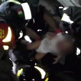Terremoto, l'incredibile lavoro dei soccorsi Neonato estratto dalle macerie - Video