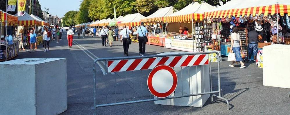 Posati i blocchi sul Sentierone I bergamaschi li promuovono - Foto/Video