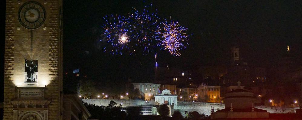 I fuochi con la cornice di Città Alta Migliaia in centro per Sant'Alessandro