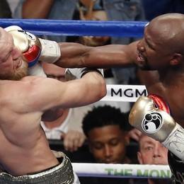 Boxe, Mayweather ha battuto McGregor Un giudice orobico la «sfida del secolo»