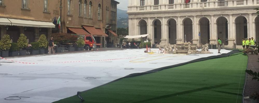 Piazza Vecchia, al via l'allestimento - Foto Steso il prato de I Maestri del Paesaggio