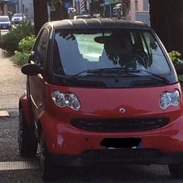 Auto invadono il marciapiede a Cisano Il sindaco chiama e le fa multare