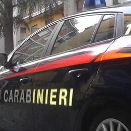 Rubano occhiali e picchiano negoziante Brignano, arrestate due giovani donne
