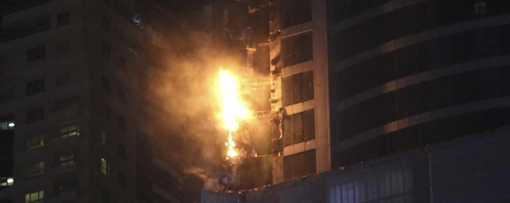 Fiamme e terrore a Dubai Brucia grattacielo di 355 metri