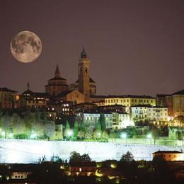 La magia di una notte di luna piena E ci sarà anche il «morso» di un'eclissi