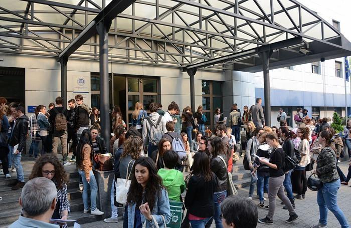OPEN DAY ALL'UNIVERSITA' DI BERGAMO - studenti all'esterno della sede di via Dei Caniana