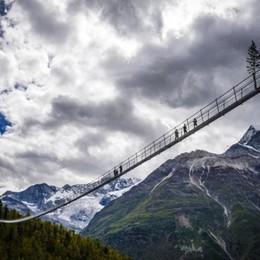 Alpi svizzere, solo per i più coraggiosi Il ponte sospeso più lungo del mondo