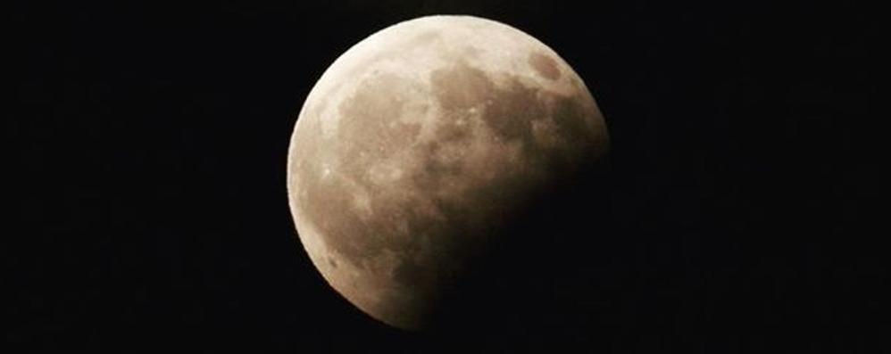 Ecco le foto della luna «morsicata» E tra un anno l'eclissi sarà totale