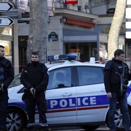 Parigi, torna l'incubo terrorismo Militari investiti da un'auto, due gravi