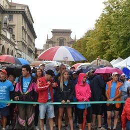 StraBergamo sotto la pioggia Di corsa per la città, centro blindato
