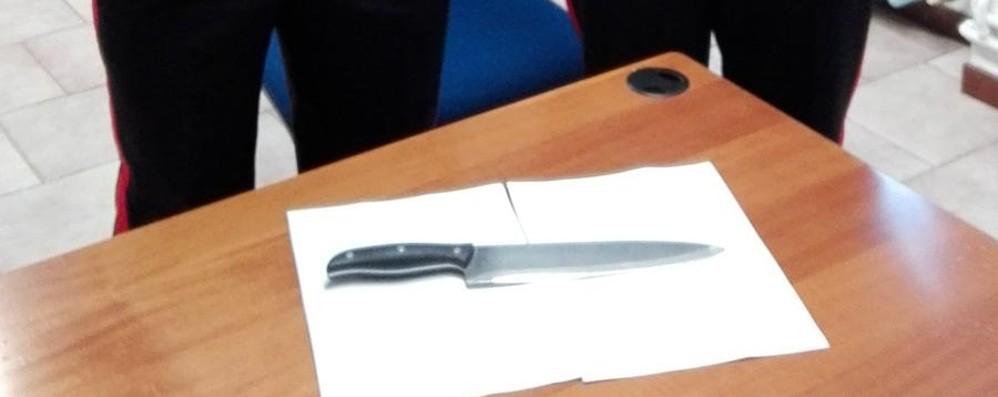 Aggredisce i genitori con coltello per soldi 30enne in manette a Romano