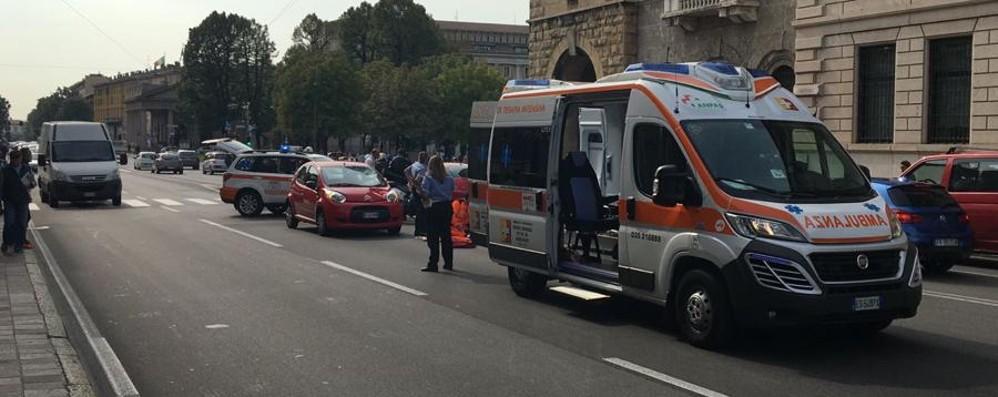 Travolta da un'auto in via Roma Ferita un'anziana in centro