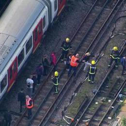 Londra, esplosione nella metro 22 feriti, nessuno grave: «È terrorismo»