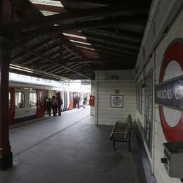 Bomba nella metro, arrestato 18enne Centinaia di soldati in strada a Londra