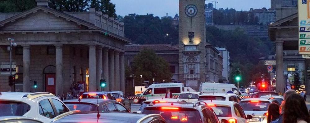 Mercatanti, viale Roma a rischio chiusura Il Comune: «Venite in centro con i bus»