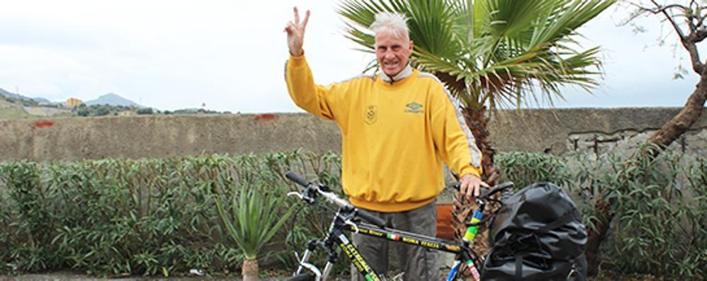 Gira il mondo in bici a 80 anni «Qui a Bergamo tanto calore»