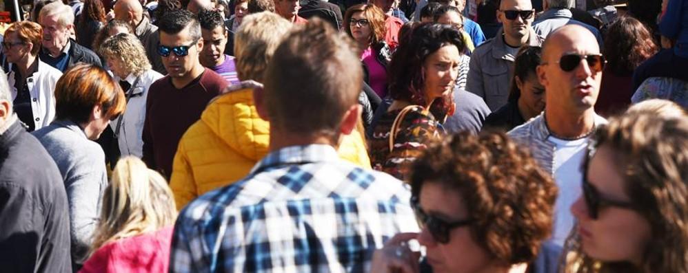 Mercatanti, chiude viale Papa Giovanni Arriva il sole, è folla in centro città - Foto