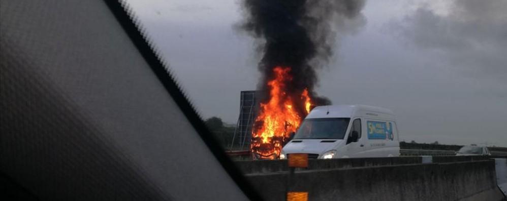 Mattinata nera in autostrada Tir in fiamme tra Rovato e Palazzolo