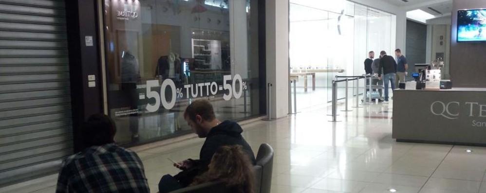 Aspettando l'iPhone X, l'8 fa flop Solo tre in coda all'Apple Store
