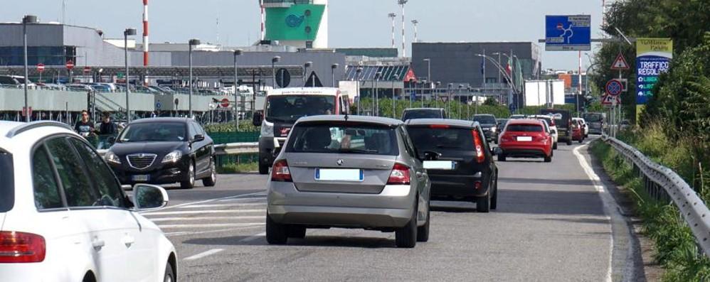 Aeroporto di Orio, l'assedio delle auto «Serve un secondo accesso»