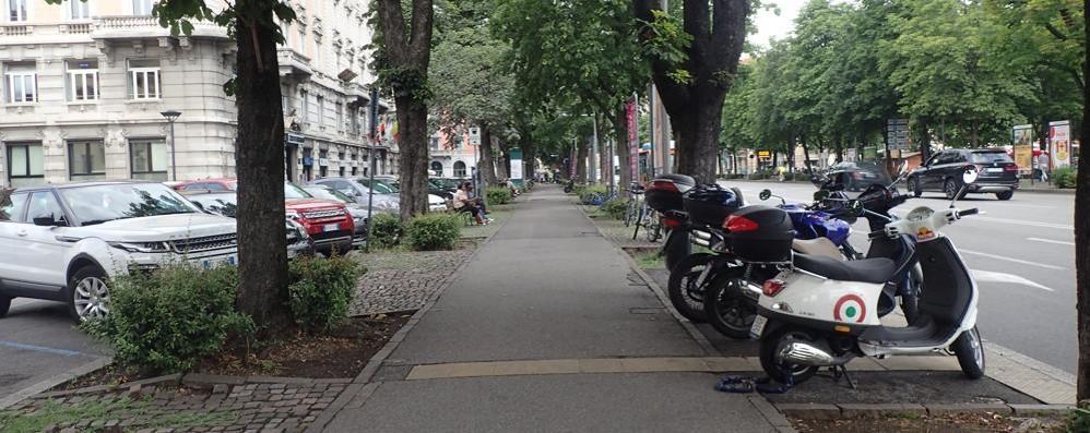 Nel cuore di Bergamo poco spazio per le due ruote - video