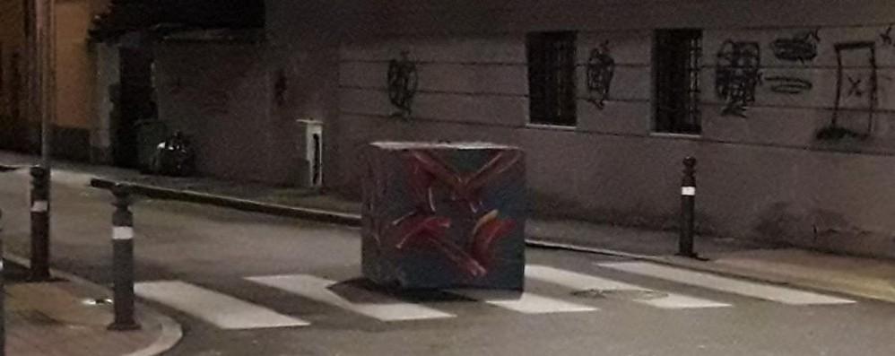 Festa finita, blocchi rimasti in strada «Che pericolo in Borgo Palazzo»