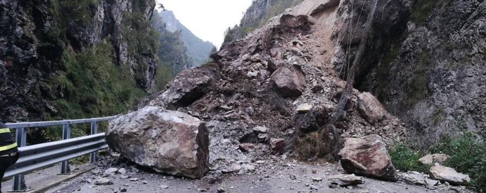 Taleggio, frana sulla strada degli orridi  Enormi massi bloccano la carreggiata
