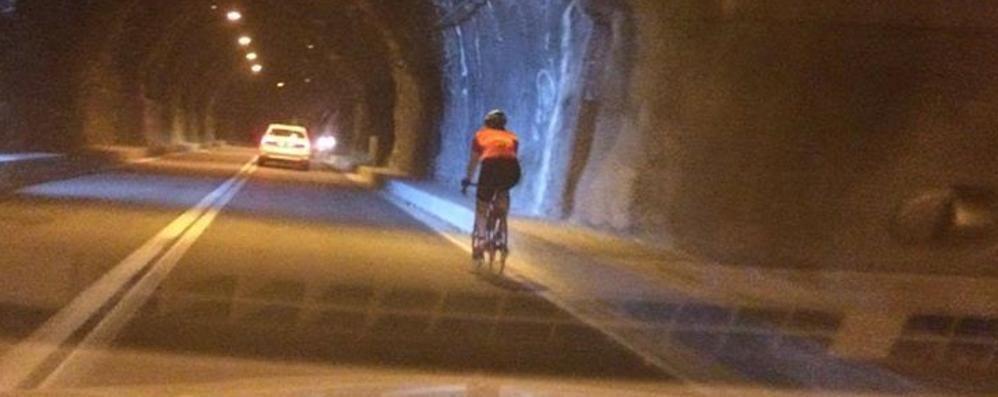 Sarnico-Lovere, in galleria senza fari «Ho rischiato di investire i ciclisti» -Foto