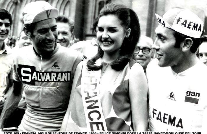 Una foto  di Nino Cassotti di Felice Gimondi al tour con Miss France 66 ed  Eddy Merckx