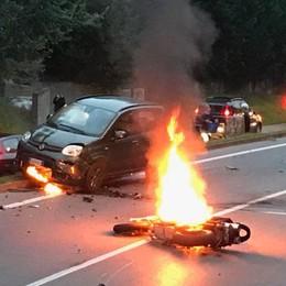 Moto prende fuoco dopo l'incidente Scanzorosciate, in azione i vigili del fuoco