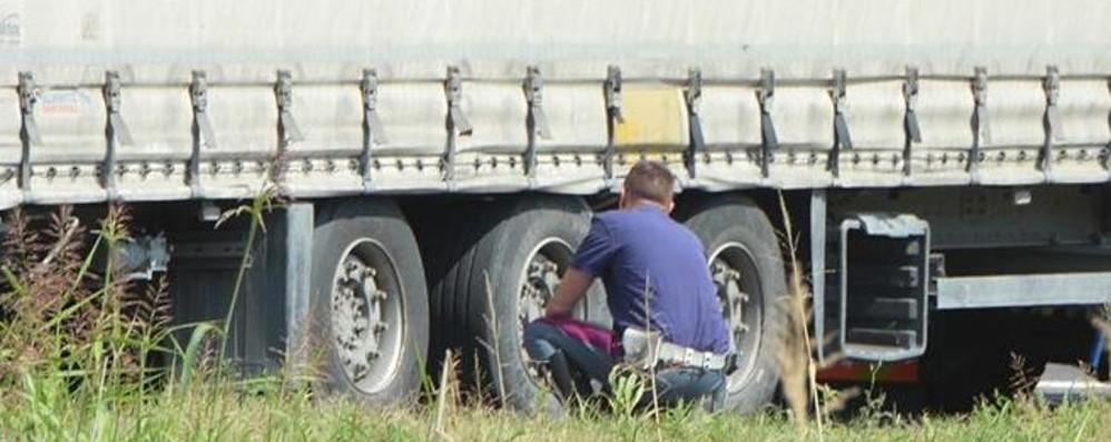 A4, terribile incidente in moto   Colpito dalla gomma finisce sotto un Tir