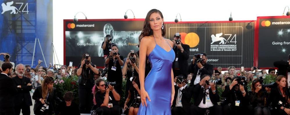 Marica Pellegrinelli in blu strega il red carpet di Venezia