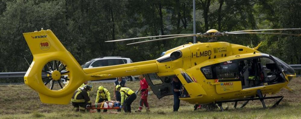 Si ribaltano con il trattore, feriti tre ragazzi Uno trasportato a Bergamo, è grave