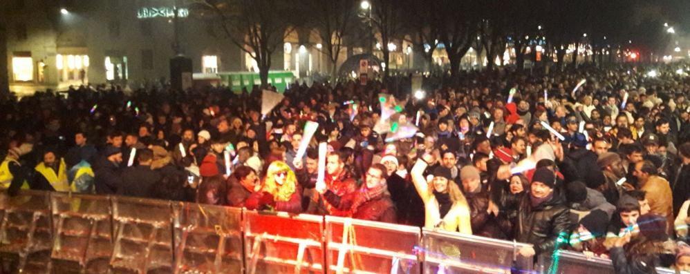 La pioggia non ferma il Capodanno  Bergamo, in piazza 4 mila persone