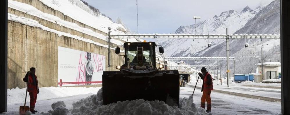 Un muro di neve a Zermatt - Video Ecco la via di fuga per i turisti bloccati